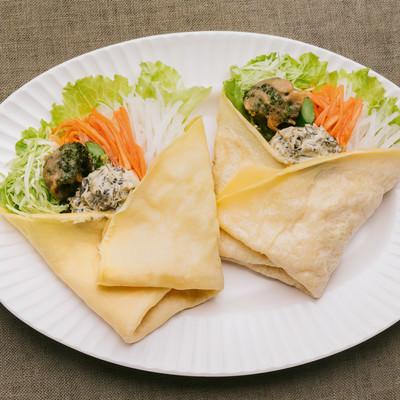 「スイーツのようなサラダ高菜タルタルで食べる「ベジクレープ」」の写真素材