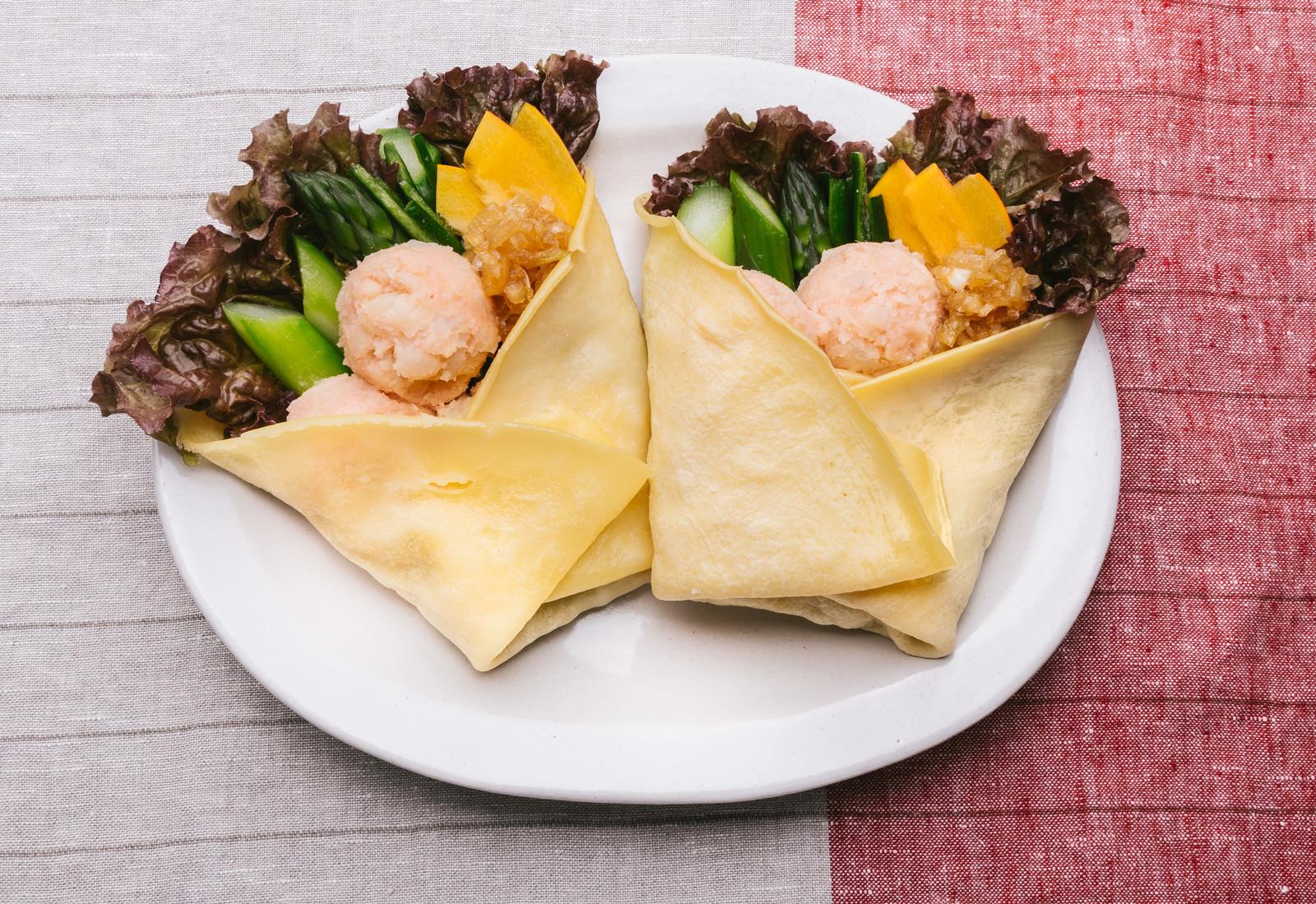 「野菜ドレッシングで食べる「明太ポテトと野菜のベジクレープ」野菜ドレッシングで食べる「明太ポテトと野菜のベジクレープ」」のフリー写真素材を拡大
