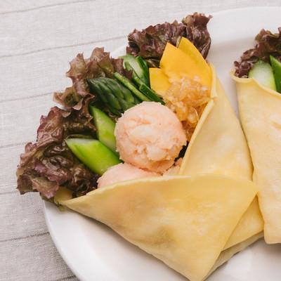 「ヘルシーでボリューミーな「明太ポテトと野菜のベジクレープ」」の写真素材