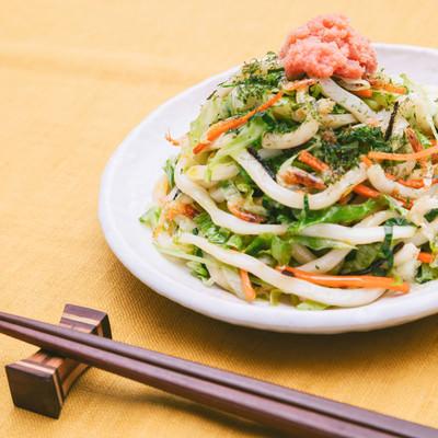 「桜海老の香ばしい風味とオイスターソースの濃厚な旨味の「大盛りダイエットうどん」」の写真素材