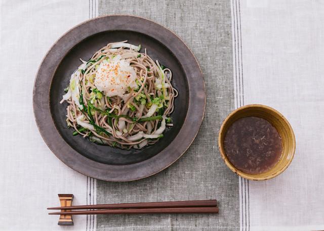 白菜と大根がたっぷり入った「大盛りダイエットおろしそば」の写真