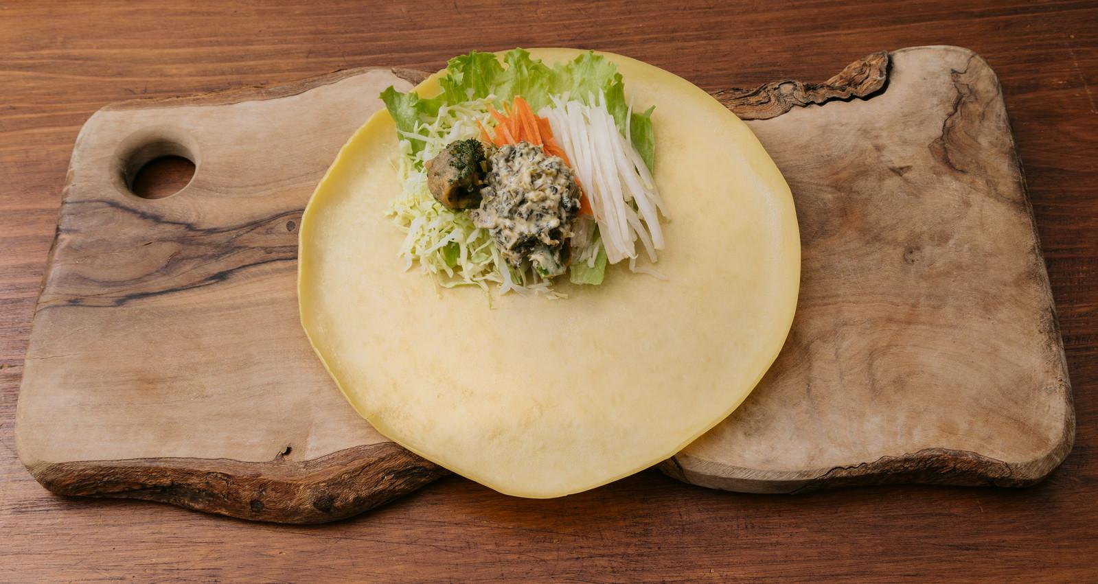 「クレープの皮とトッピング用の野菜クレープの皮とトッピング用の野菜」のフリー写真素材を拡大
