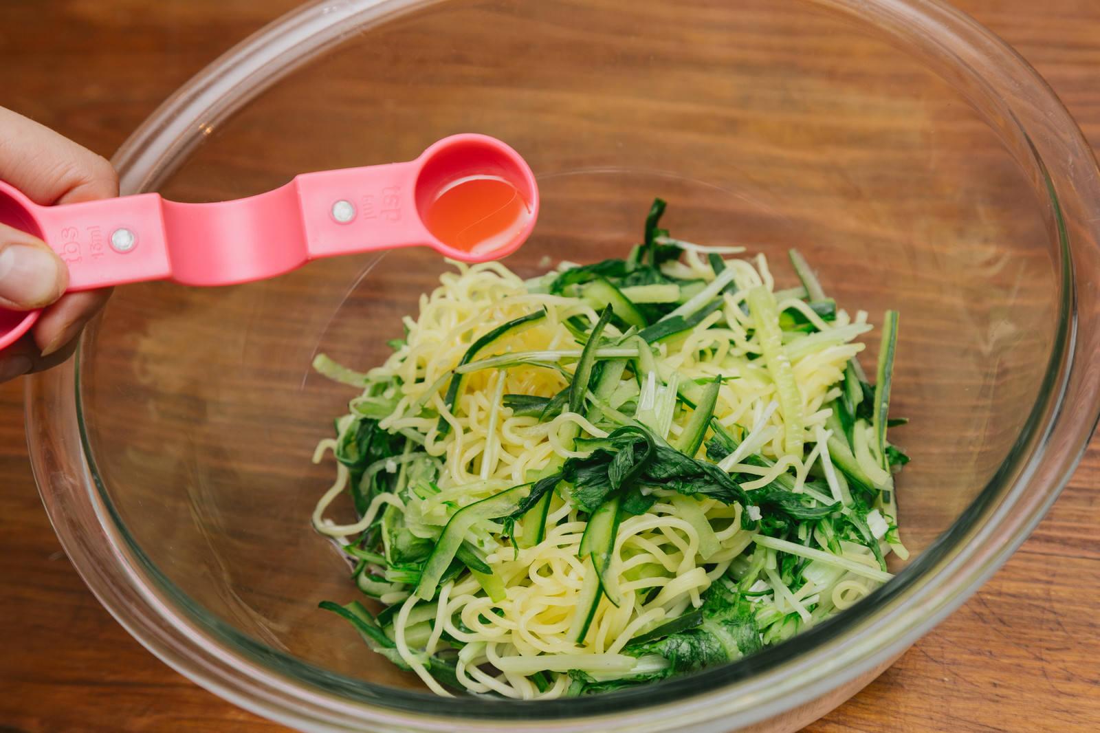 「中華蒸し麺、きゅうり(100g)、水菜(100g)を加熱したらごま油を和える」の写真