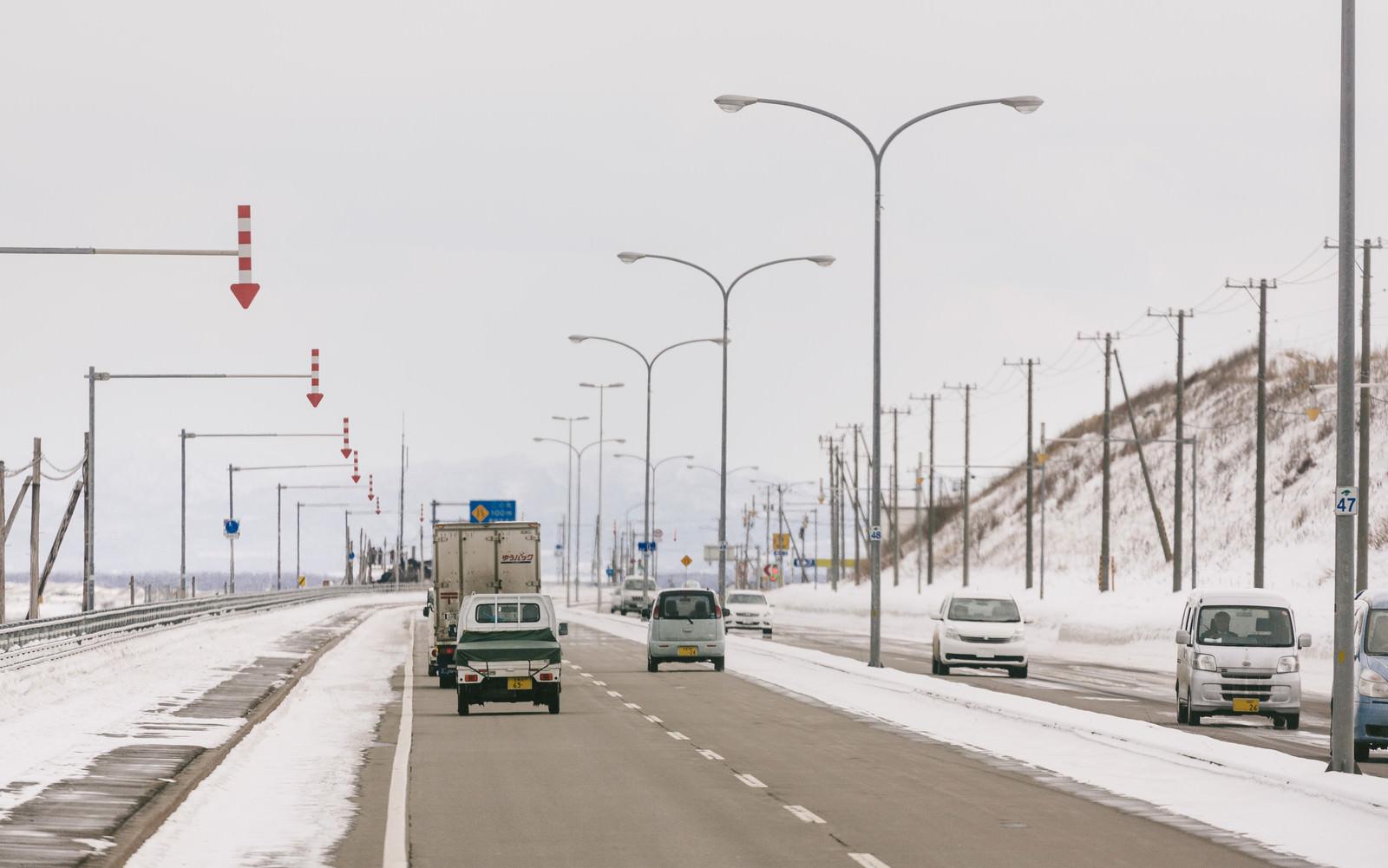 「道路と路肩を区別する「視線誘導標」道路と路肩を区別する「視線誘導標」」のフリー写真素材を拡大