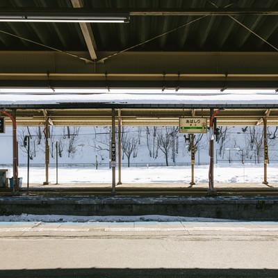 雪が残る網走駅のホームの写真