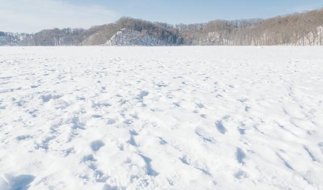 凍った網走湖の上の写真