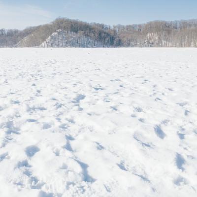 「凍った網走湖の上」の写真素材