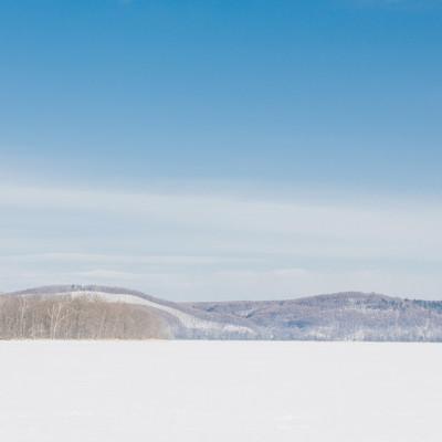 冬の網走湖からの景観の写真