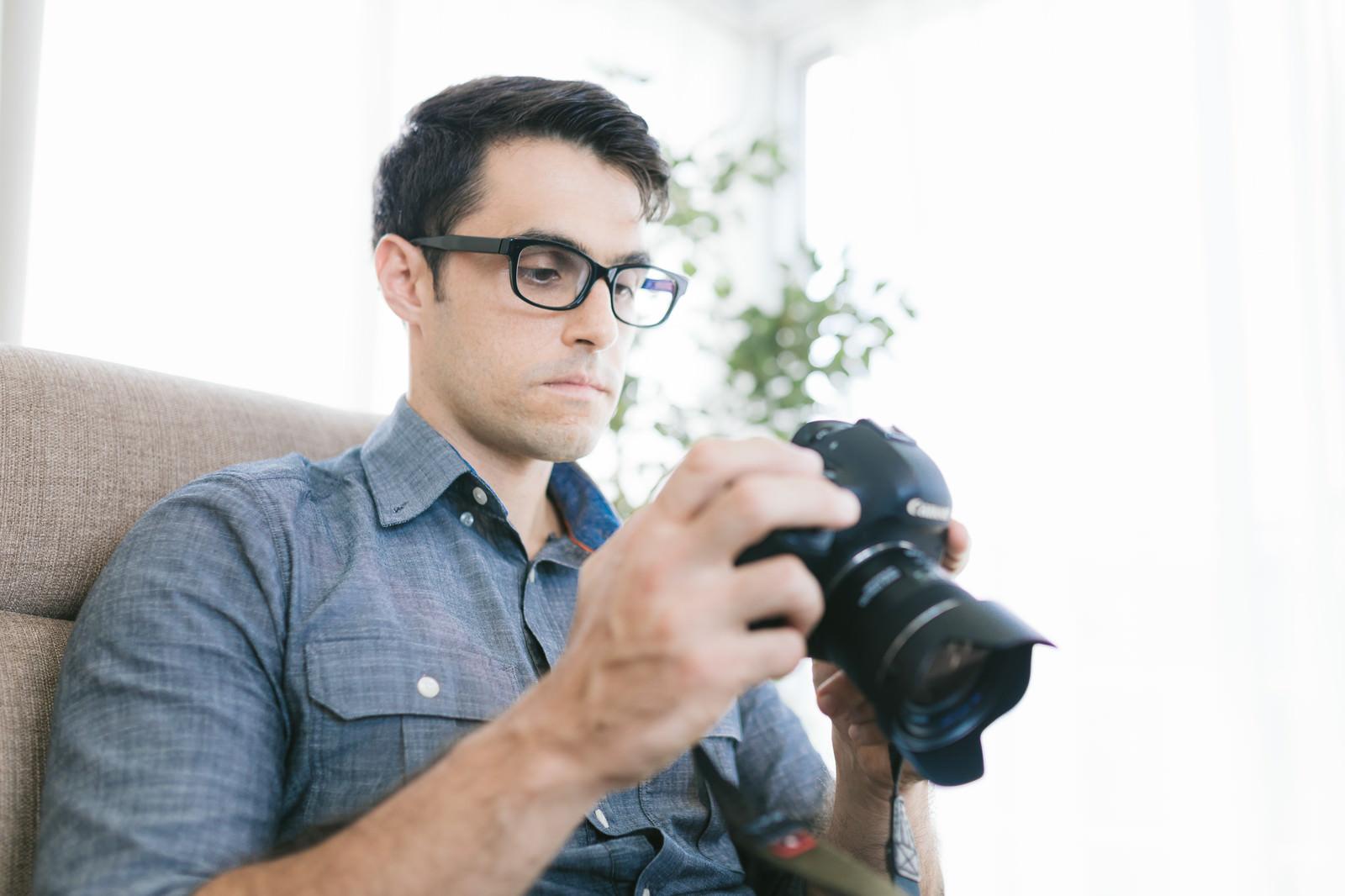 「スチール写真の撮れ高を確認するイタリア人」の写真[モデル:アドリアーノ]