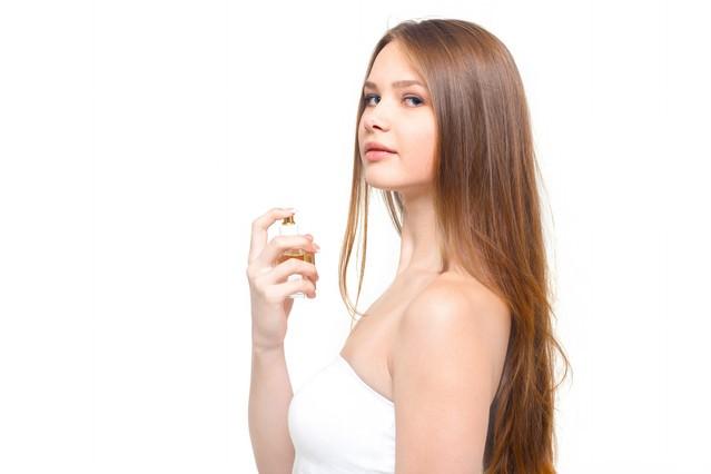 香水と少し挑発的な横目線の女性の写真