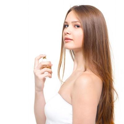 「香水と少し挑発的な横目線の女性」の写真素材