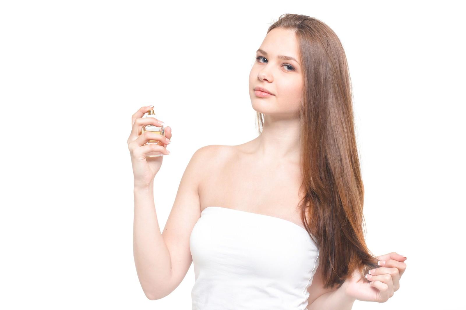 化粧水を使用する女性(美容)|ぱくたそフリー素材
