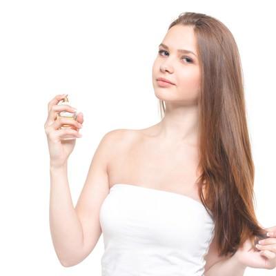 「化粧水を使用する女性(美容)」の写真素材
