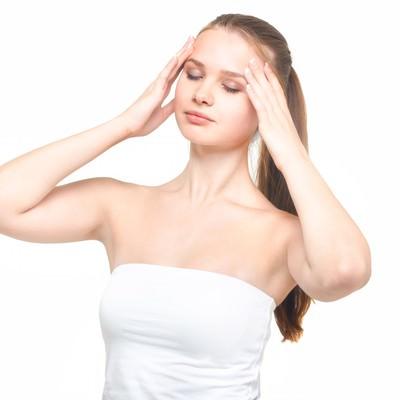 「両手を顔肌に目を瞑る女性」の写真素材