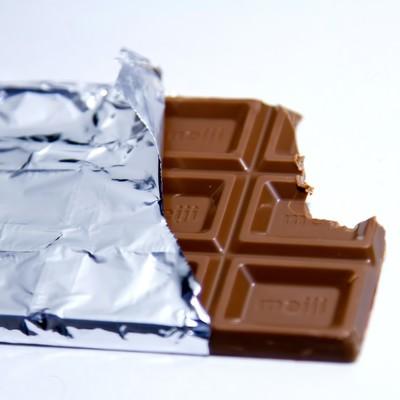 「歯形ついた板チョコ」の写真素材