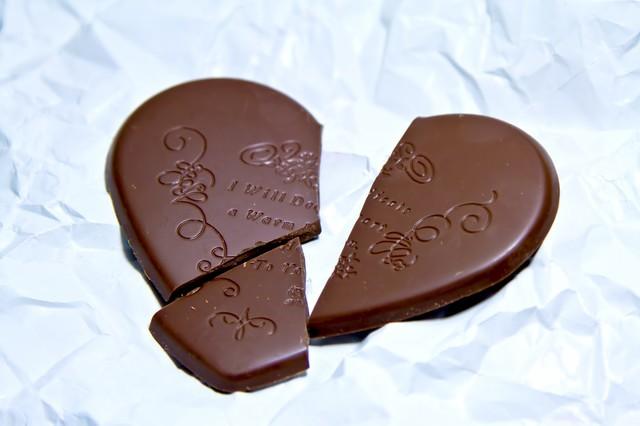 くしゃくしゃの紙と割れたハートのチョコレートの写真