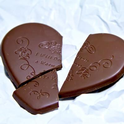 「くしゃくしゃの紙と割れたハートのチョコレート」の写真素材