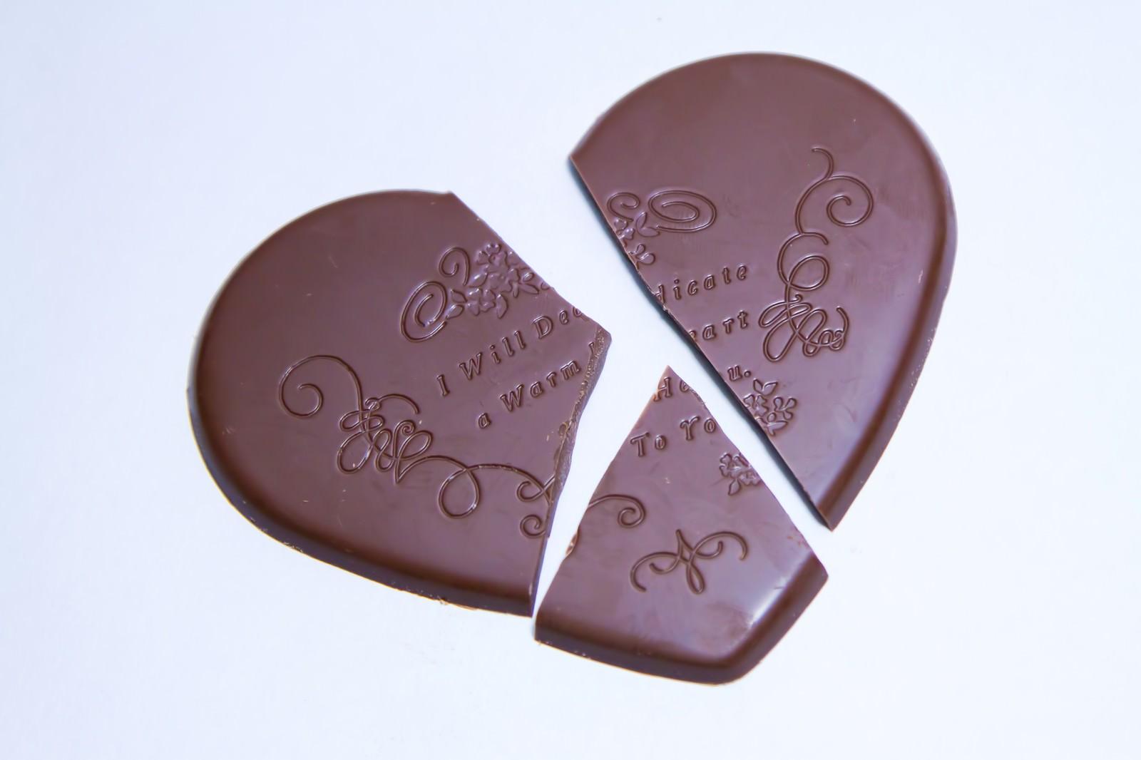 「三つに割けたハートのチョコ」の写真