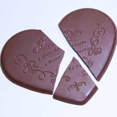 「三つに割けたハートのチョコ」の写真素材