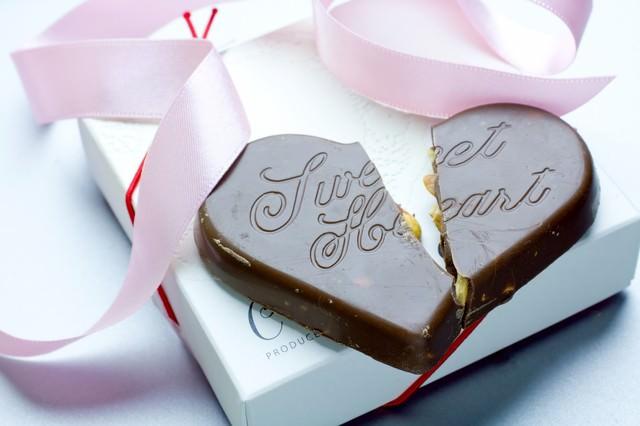 「プレゼントされた箱と割れたハートのチョコ」のフリー写真素材