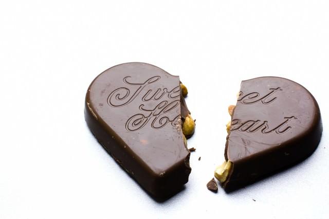 二つに割れたハートのチョコレートの写真