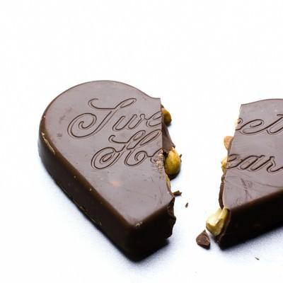 「二つに割れたハートのチョコレート」の写真素材