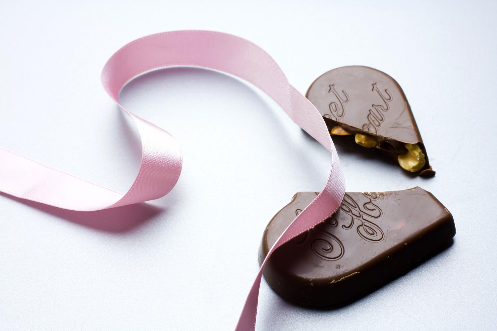 ピンクのリボンと割れたチョコレートのフリー素材