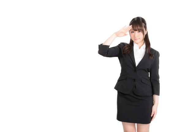 「上司の指示に笑顔で対応するリクスー女子」のフリー写真素材