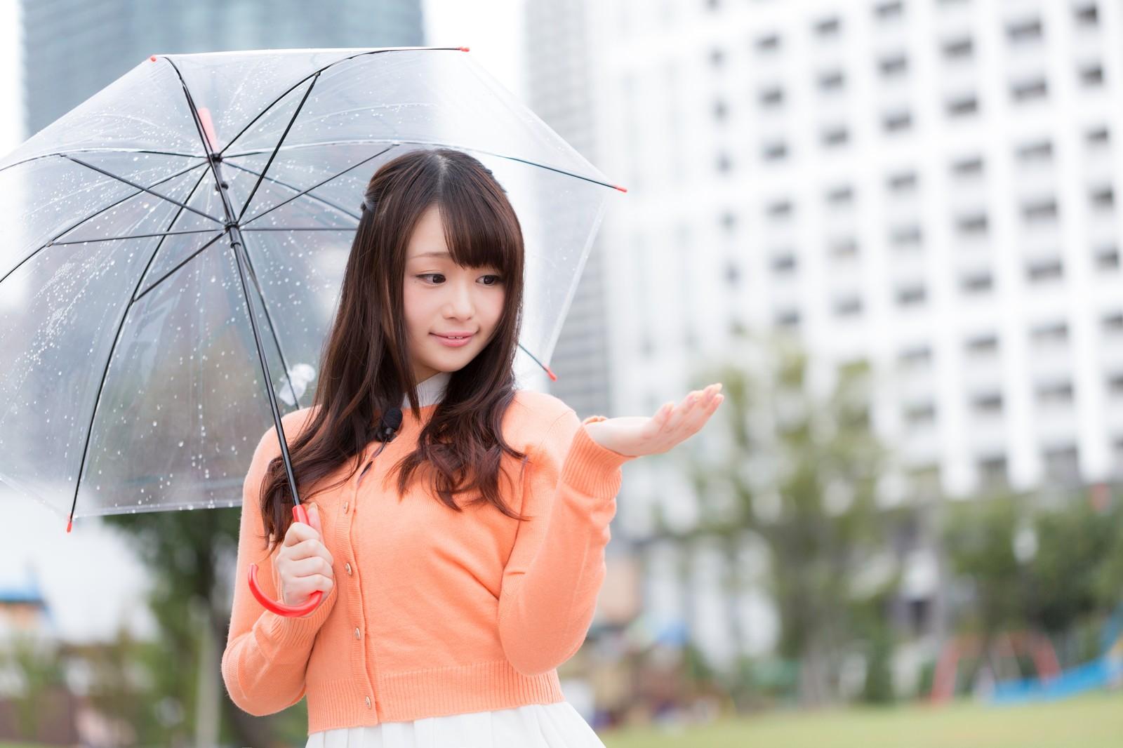 「雨を伝えるお天気お姉さん雨を伝えるお天気お姉さん」[モデル:茜さや]のフリー写真素材を拡大