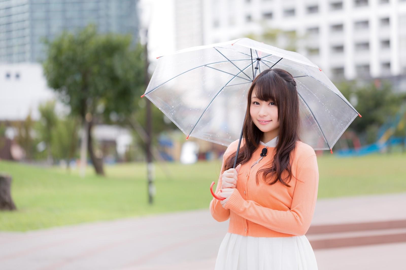 「雨の中、今日の天気を伝えるお姉さん雨の中、今日の天気を伝えるお姉さん」[モデル:茜さや]のフリー写真素材を拡大