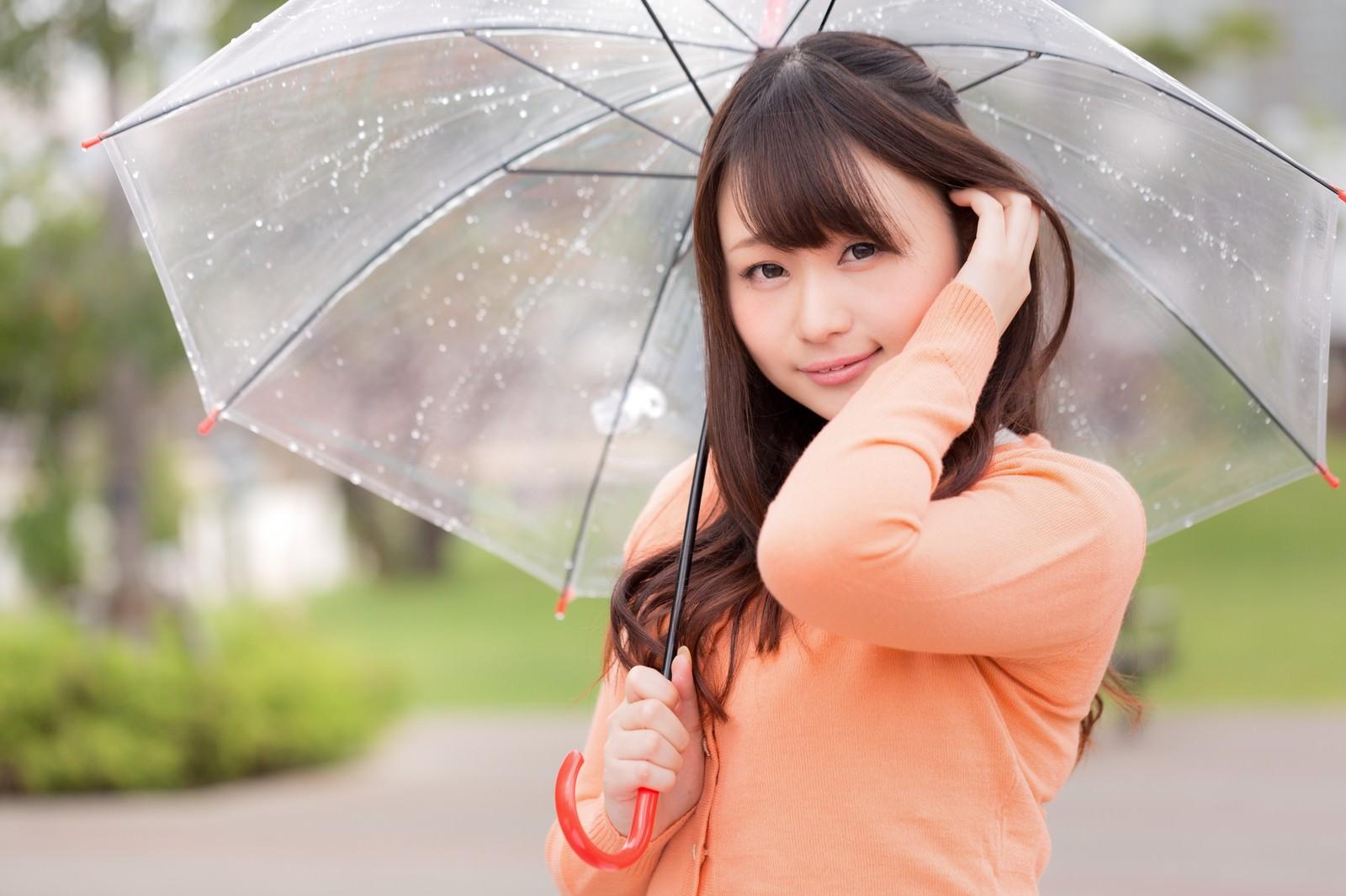 「雨にも負けない、ジメジメ湿気でもキレイな髪をキープする女性」の写真[モデル:茜さや]