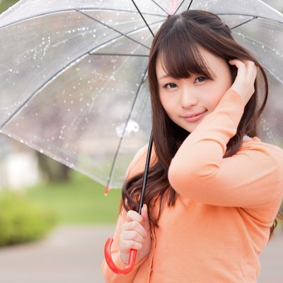 「雨にも負けない、ジメジメ湿気でもキレイな髪をキープする女性」の写真素材