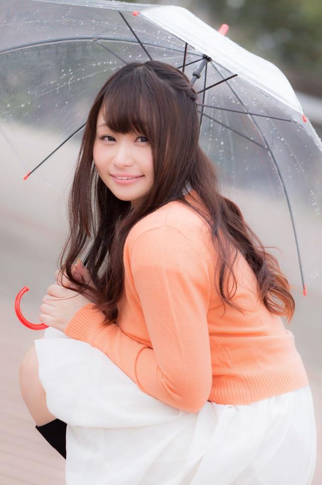 傘をさす笑顔の美女画像の写真