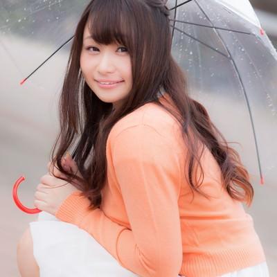 「傘をさす笑顔の美女画像」の写真素材
