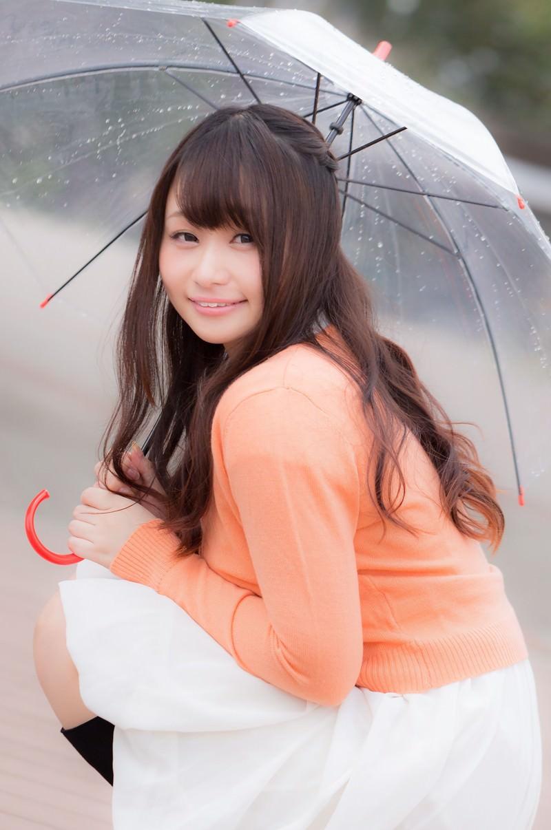 「傘をさす笑顔の美女画像」の写真[モデル:茜さや]