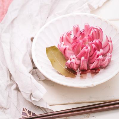 「16等分にカットして花のようなたまねぎのピクルス」の写真素材