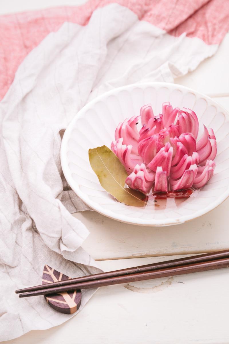 「16等分にカットして花のようなたまねぎのピクルス」の写真