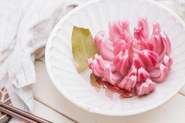 鮮やかなお花のピクルス(赤玉ねぎ)の写真