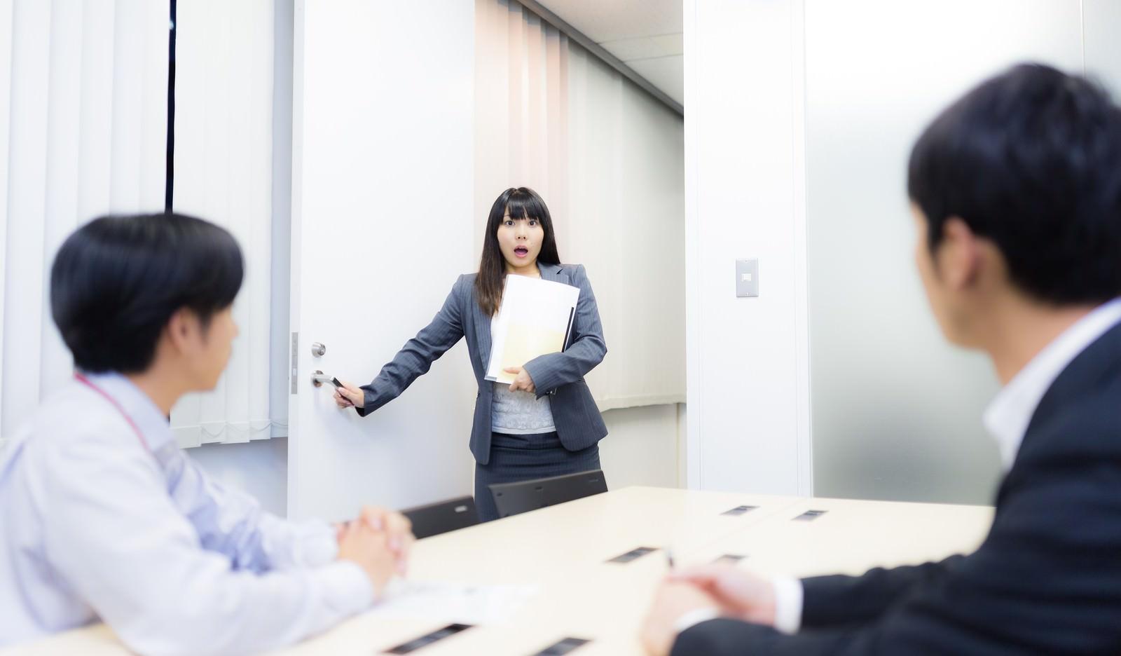 「会議室を間違え目を丸くするドジっ子」の写真[モデル:Lala]