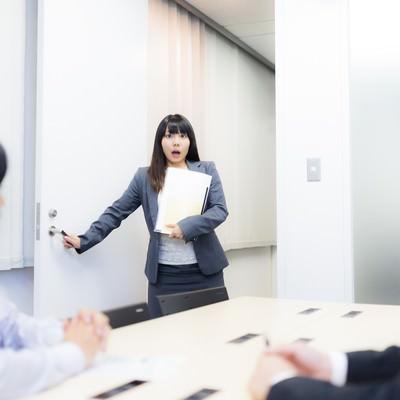 「会議室を間違え目を丸くするドジっ子」の写真素材