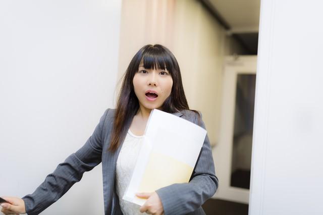 「警部!事件です!」と慌しい様子の美人刑事の写真