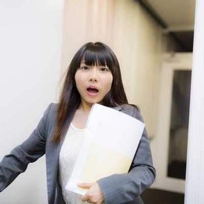 「「警部!事件です!」と慌しい様子の美人刑事」の写真素材