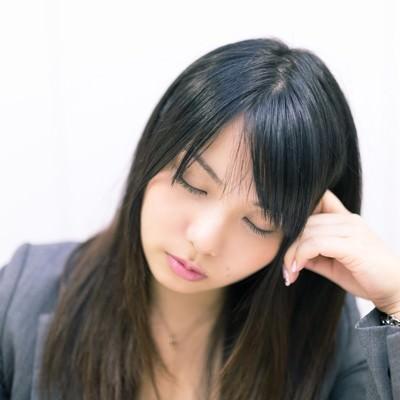 考えこむフリをして会議中堂々と居眠りをする女性社員の写真
