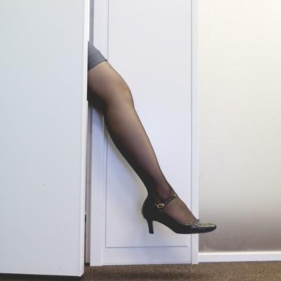ドアの隙間から伸びるおみ足の写真