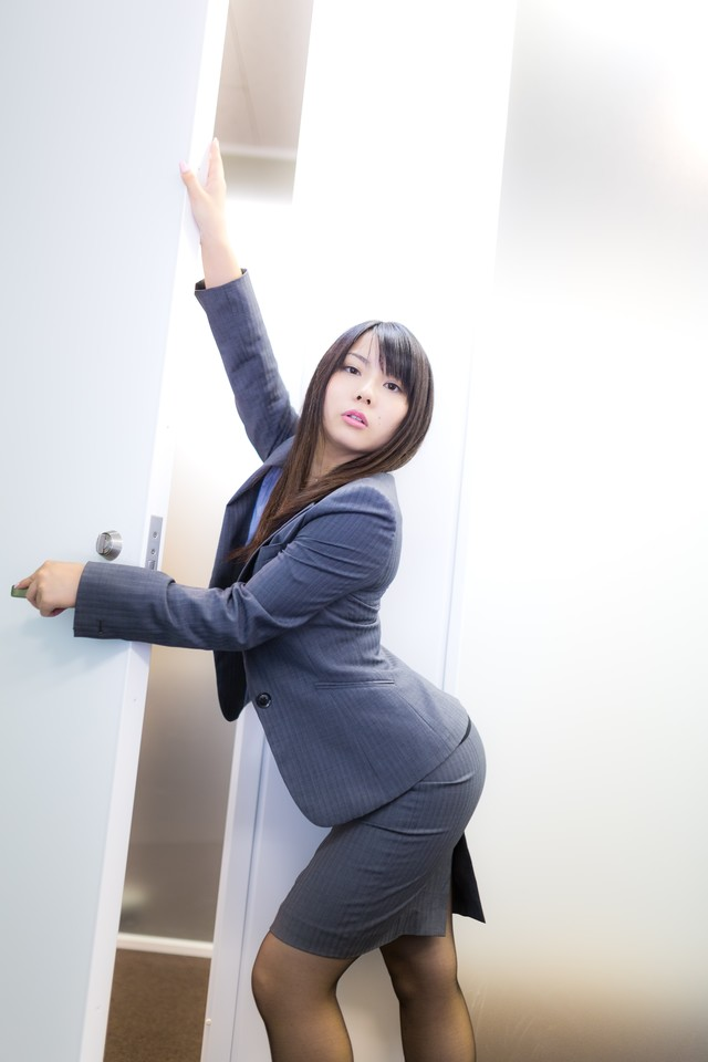 入退室ごとにポーズを決める女性社員の写真