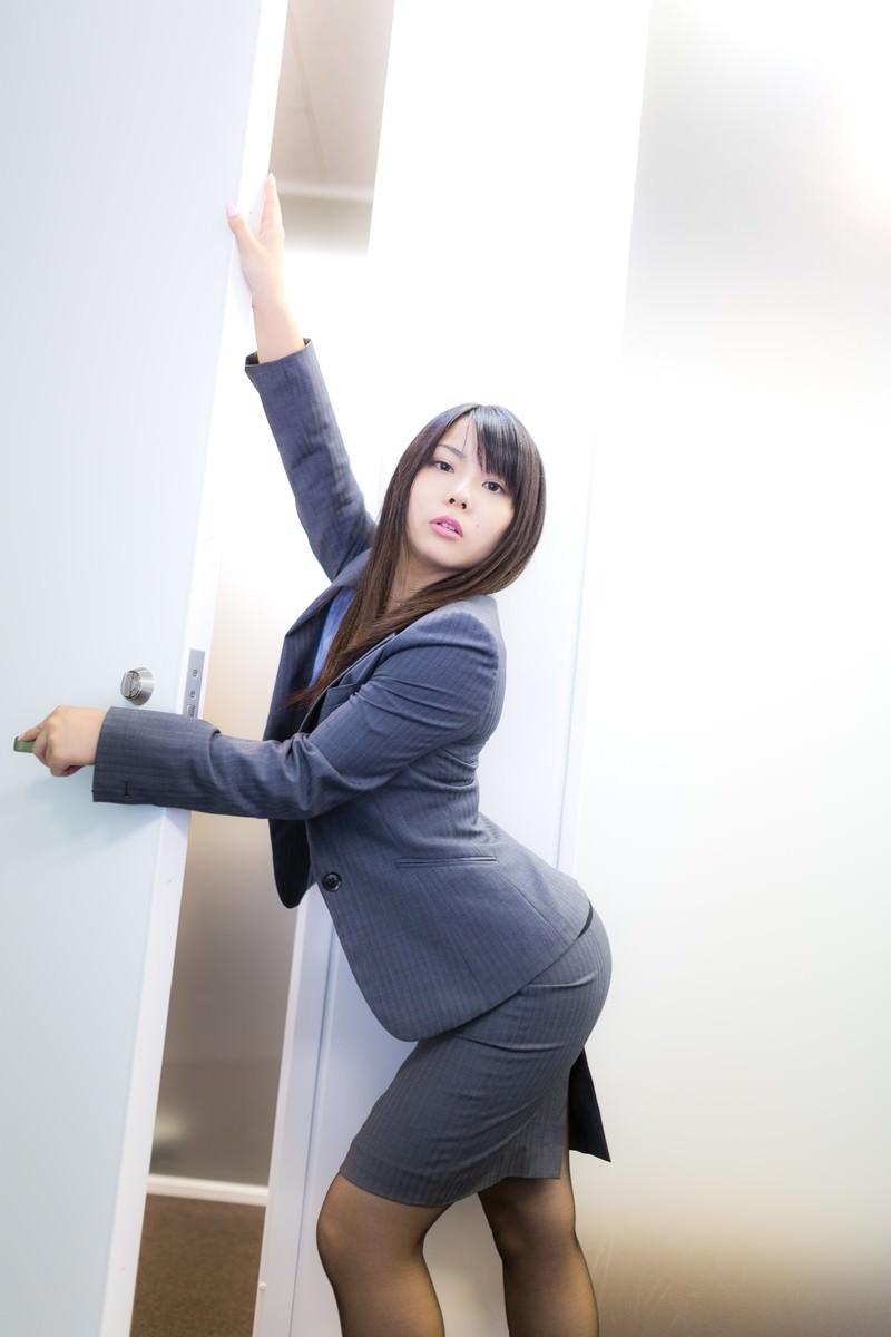 「入退室ごとにポーズを決める女性社員」の写真[モデル:Lala]
