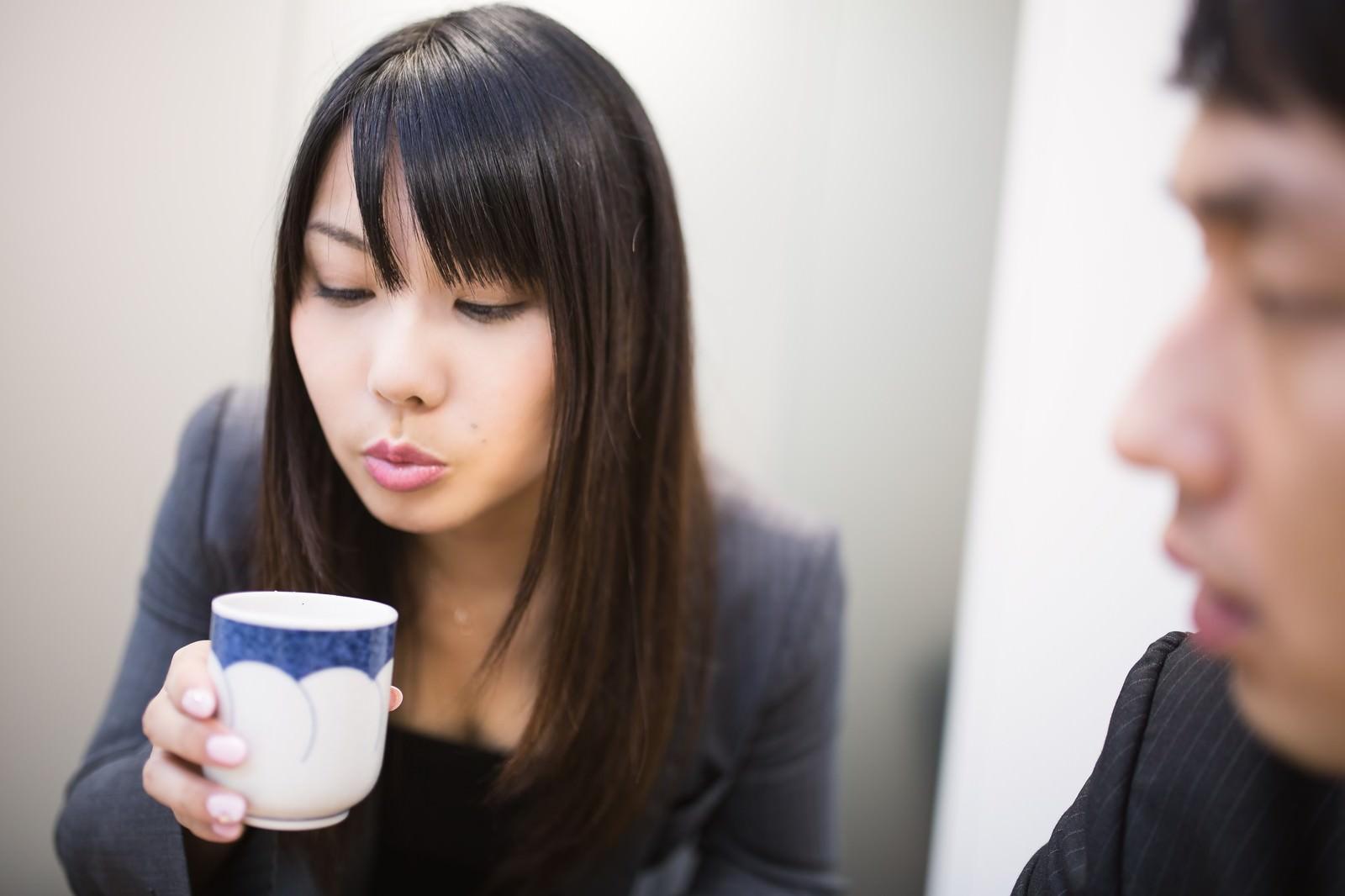 「フーフーしてお茶を冷まし来客の胸を熱くする女性社員」の写真[モデル:大川竜弥 Lala]
