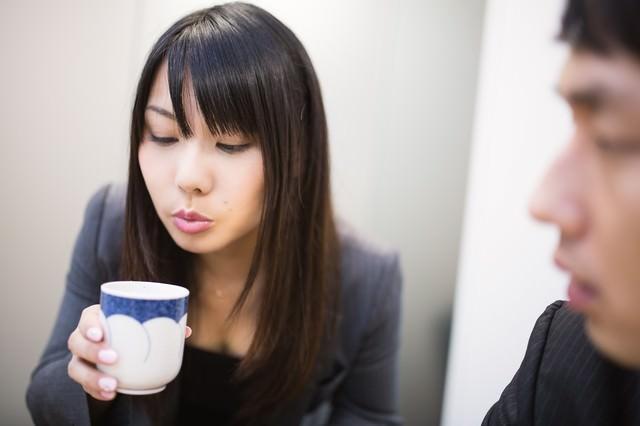 「フーフーしてお茶を冷まし来客の胸を熱くする女性社員」のフリー写真素材