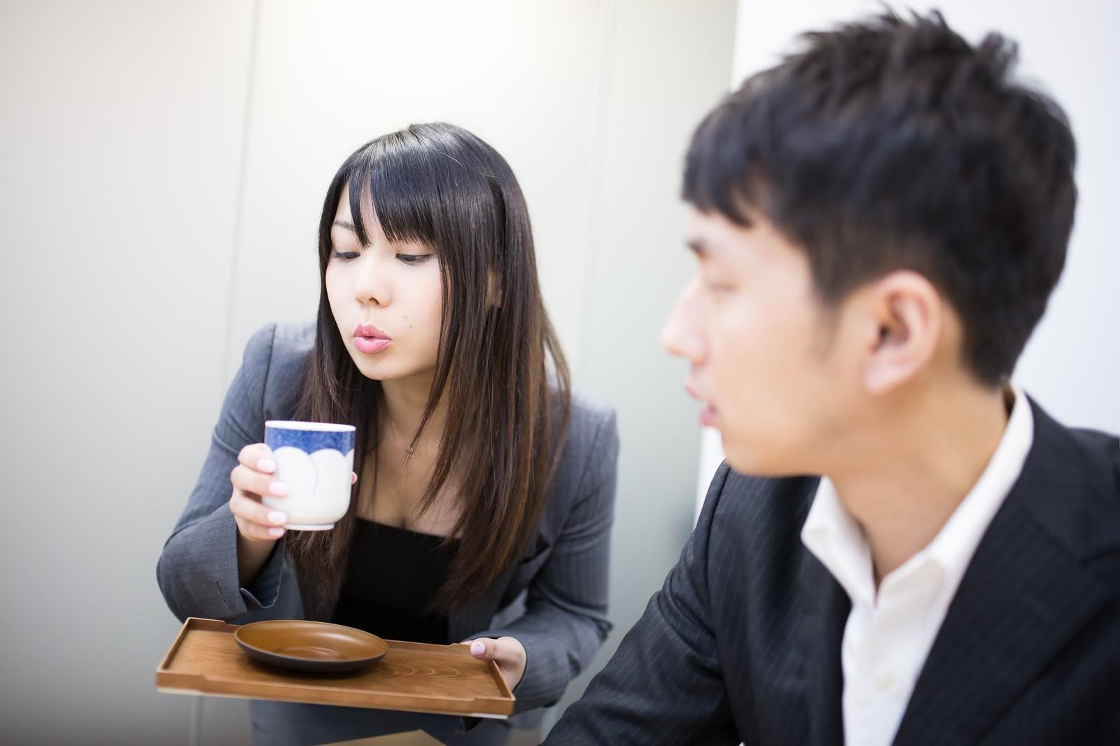 「「You know me?」と目配せをしながら湯のみをフーフーするキラキラ女子」の写真[モデル:大川竜弥 Lala]