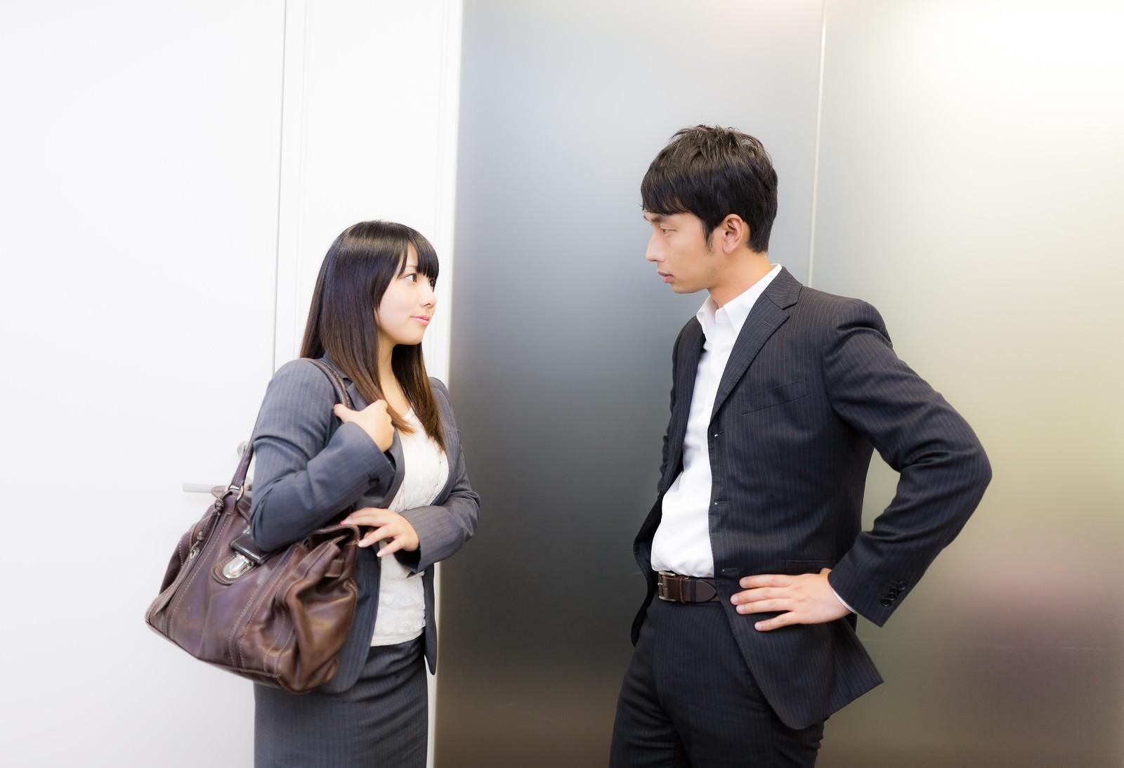 「営業帰り上司に結果を報告する女性社員」の写真[モデル:大川竜弥 Lala]